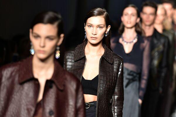 Kariera modelki może i pozostałaby marzeniem, gdyby w wieku lat 16 Bella Hadid nie zrobiła operacji plastycznej nosa.  Z nowym ślicznym noskiem dziewczyna udała się na podbój świata mody. - Sputnik Polska