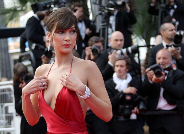 Kariera Belii Hadid zaczęła się w sierpniu 2014 roku, kiedy podpisała umowę z agencją IMG Models. W krótkim czasie osiągnęła znaczne sukcesy w świecie mody. - Sputnik Polska