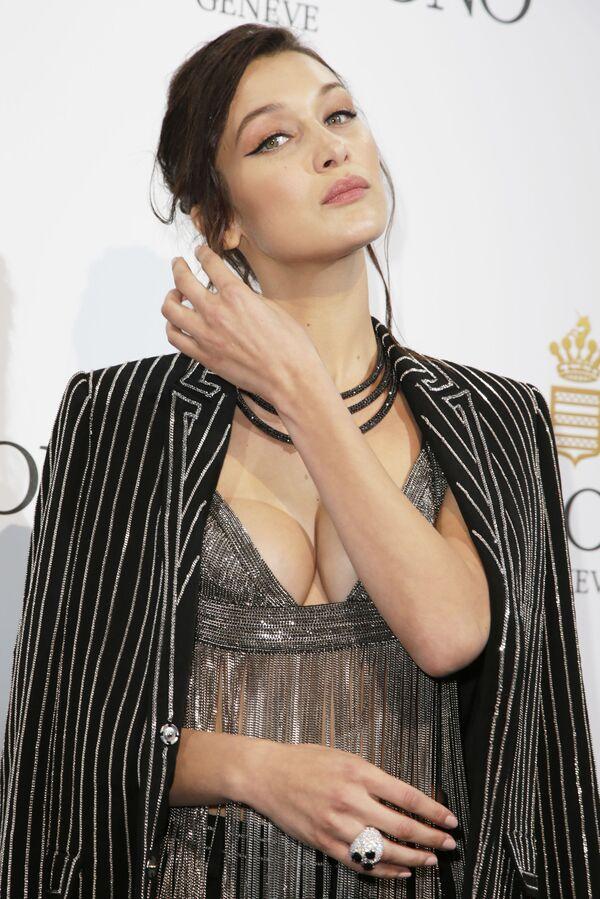 Bella Hadid nie wstydzi się pokazywać się publicznie w kąpych strojach, zmuszając dziennikarzy do ciągłego pisania o niej. Już dziś wróży się jej wielką karierę w biznesie mody. - Sputnik Polska