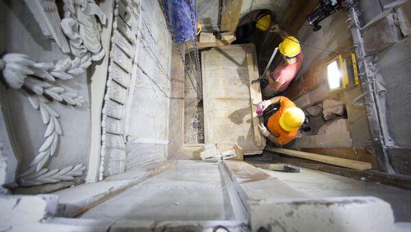 Archeolodzy zdejmują marmurową płytę z miejsca pochówku Chrystusa - Sputnik Polska
