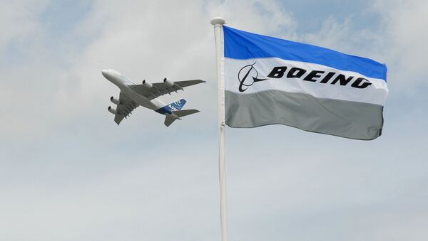 Airbus A 380 na tle flagi kompanii Boeing - Sputnik Polska