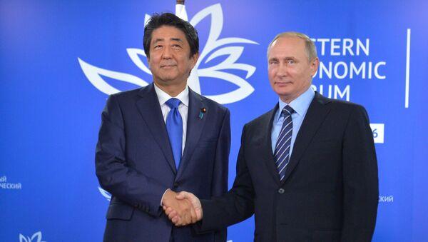 Premier Japonii Shinzo Abe i prezydent Rosji Władimir Putin na Wschodnim Forum Ekonomicznym we Władywostoku - Sputnik Polska