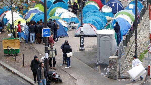 Obóz namiotowy przy stacji metra Stalingrad w Paryżu - Sputnik Polska