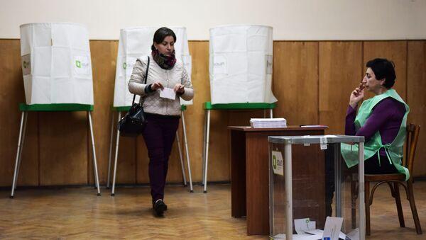 Głosowanie w wyborach parlamentarnych w jednym z lokali wyborczych w Tbilisi - Sputnik Polska