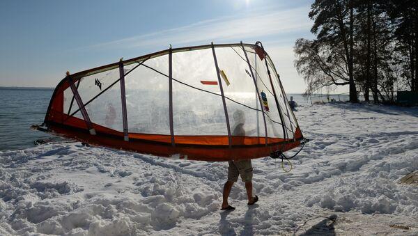 Sportowiec Aleksander Orłow uprawia windsurfing przy temperaturze około – 5 stopni na zbiorniku wodnym  elektrowni w Nowosybirsku. - Sputnik Polska