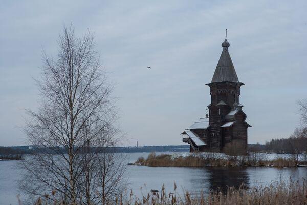 Cerkiew Zaśnięcia Matki Bożej w Kondopodze znajduje się na półwyspie na jeziorze Onega. - Sputnik Polska