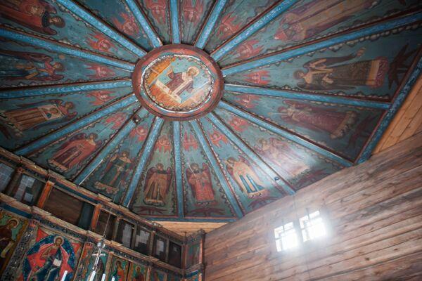 W cerkwi zachował się ikonostas w stylu barokowym i sufit pokryty malowidłami z wizerunkiem niebios. - Sputnik Polska