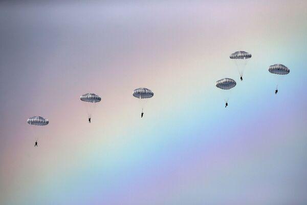 Federację Rosyjską reprezentują żołnierzez oddzielnego batalionu zwiadowczego z Iwanowskiej Jednostki Wojsk Powietrzno-Desantowych i lotniczo-taktyczna grupa lotnictwa wojskowo-transportowego Sił Powietrzno-Kosmicznych Rosji z Orenburga. - Sputnik Polska
