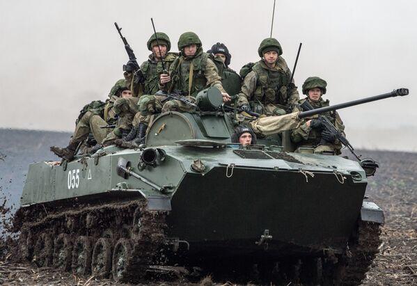 Wojskowi ćwiczą również realizację taktycznych i strzeleckich zadańpodczas prowadzenia operacji antyterrorystycznych i pokojowych. - Sputnik Polska