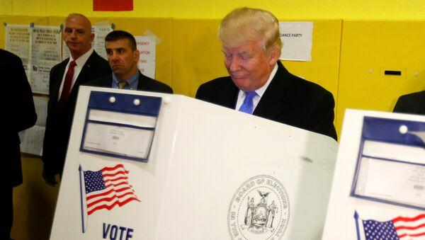 Trump oddaje swój głos w wyborach prezydenckich 2016 - Sputnik Polska
