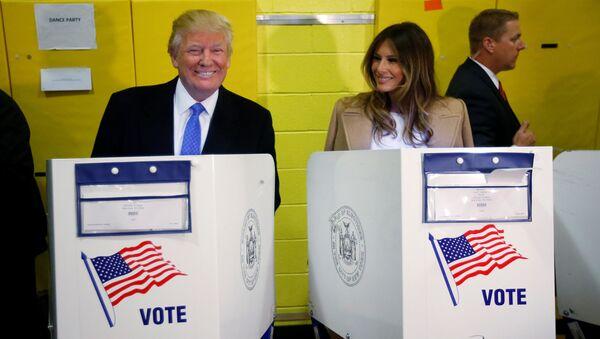 Donald Trump i Melania Trump podczas głosowania w wyborach prezydenckich - Sputnik Polska