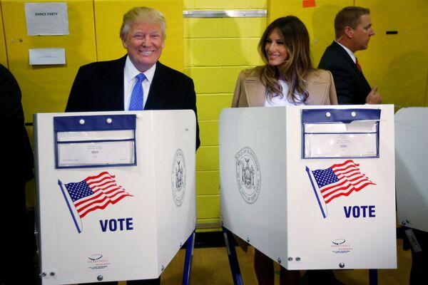 Kandydat na prezydenta USA Donald Trump i jego żona Melania w lokalu wyborczym w Nowym Jorku. - Sputnik Polska