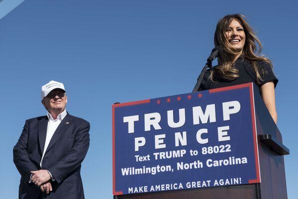 Donalda Trumpa Melania poznała w 1998 roku podczas jednaj z imprez na Manhattanie. Tramp poprosił młodszą o 24 lata modelkę o numer telefonu, ale – jak piszą niektóre media – Melania odmówiła, bo był bardzo pijany. - Sputnik Polska