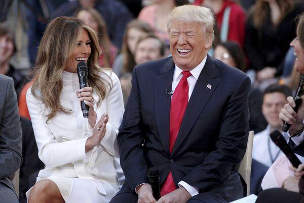 """O związku Trumpa z Melanią stało się głośno po wejściu na antenie reality show Trumpa show The Apprentice oraz po pojawieniu się pary w programie radiowym The Howard Stern Show, gdzie Trump nazwał ją """"miłością swojego życia"""". - Sputnik Polska"""