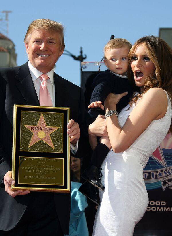 20 marca 2006 roku urodził im się syn, którego nazwali William BarronTrump. Jest on piątym dzieckiem Donalda Trumpa. Na zdjęciu: Donald Trump z żoną Melanią i synem na odsłonięciu gwiazdy miliardera w hollywoodzkiej Aleja Sławy w 2007 roku. - Sputnik Polska