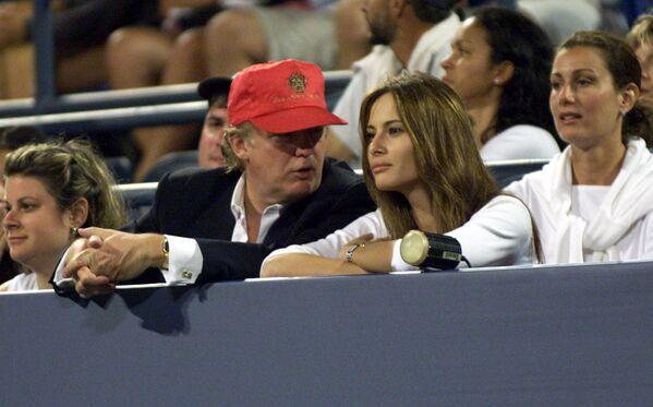 W 2004 roku Donald Trump i Melania Knauss zaręczyli się. Ślub odbył się 22 stycznia 2005 roku w Kościele Episkopalnym Bethesda-by-the-Sea w Palm Beach na Florydzie, a wystawne przyjęcie weselne w posiadłości Trumpa w sali o powierzchni 17000 stóp kwadratowych. - Sputnik Polska