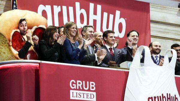 Dyrektor generalny firmy GrubHub Matt Maloney z pracownikami na nowojorskiej giełdzie - Sputnik Polska