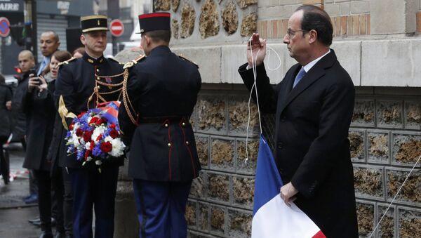 W niedzielę francuski prezydent Francois Hollande złożył hołd ofiarom ubiegłorocznych zamachów terrorystycznych w Paryżu - Sputnik Polska
