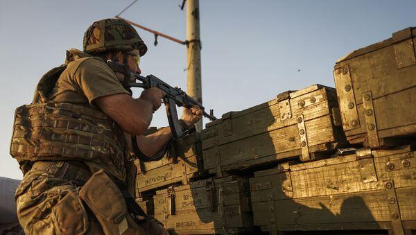 Ukraiński wojskowy strzela w obwodzie donieckim - Sputnik Polska