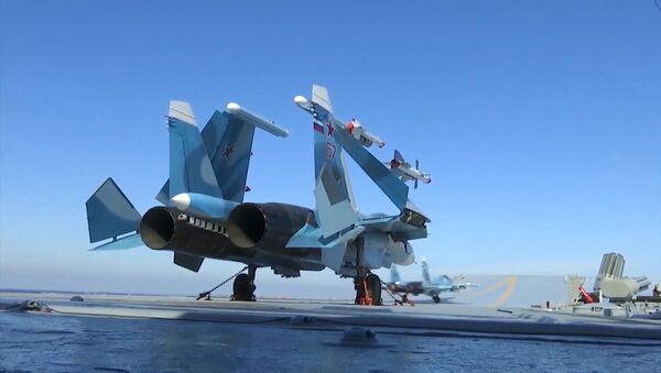 Myśliwiec Su-33 na pokładzie startowym lotniskowca Admirała Kuzniecowa u syryjskich brzegów - Sputnik Polska