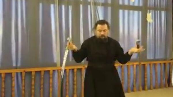 Protojerej Walerij Kolesnikow demonstruje swoje mistrzostwo w aikido - Sputnik Polska