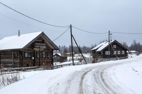 Drewniane domy mieszkalne we wsi Kinierma rejonu priażinskiego Republiki Karelii - Sputnik Polska