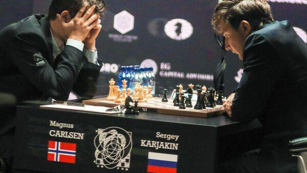 Siergiej Kariakin i Magnus Carlsen przy rozgrywce szachowej - Sputnik Polska
