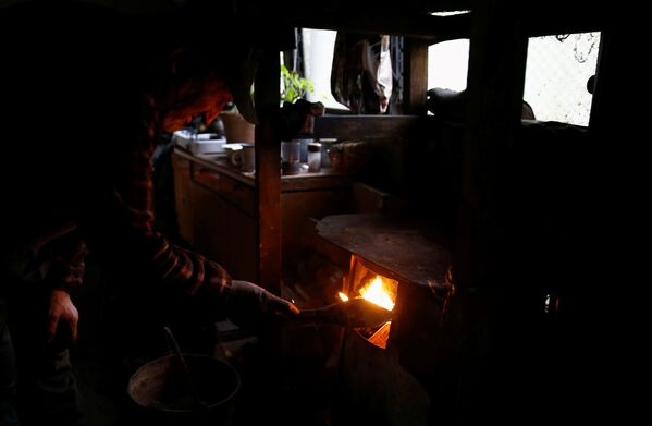 Węglarz pali w piecu na terenie wypału drewna, w lesie nieopodal Bieszczad w Polsce - Sputnik Polska
