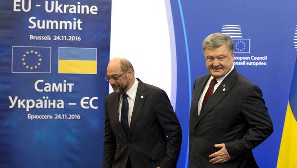 Przewodniczący Parlamentu Europejskiego Martin Schulz, prezydent Ukrainy Petro Poroszenko, szef Rady Europejskiej Donald Tusk i przewodniczący Komisji Europejskiej Jean-Claude Juncker na szczycie UE-Ukraina w Brukseli - Sputnik Polska