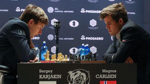 Siergiej Kariakin i Magnus Carlsen podczas partii w meczu o mistrzostwo świata w 2016 roku w Nowym Jorku - Sputnik Polska