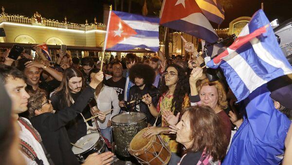 Reakcja amerykańskich Kubańczyków na wiadomość o śmierci Castro. Miami - Sputnik Polska
