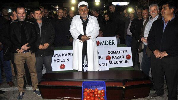 Antalya. Akcja protestu. Rolnicy grzebią pomidory - Sputnik Polska