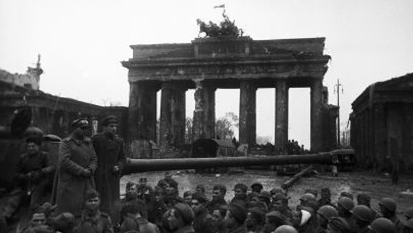 Radzieccy żołnierze przy Bramie Brandenburskiej w Berlinie, 2 maja 1945 - Sputnik Polska