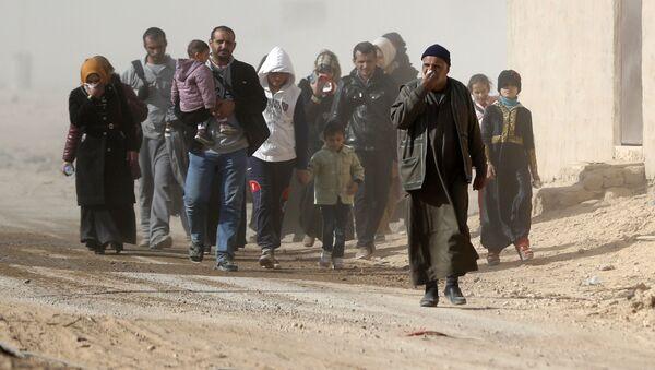 Mieszkańcy Mosulu przenoszą się do bezpiecznego obszaru podczas operacji wojskowej przeciwko Daesh w Iraku - Sputnik Polska