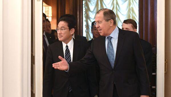 Minister spraw zagranicznych Rosji Siergiej Ławrow spotkał się z szefem japońskiej dyplomacji Fumio Kishidą - Sputnik Polska