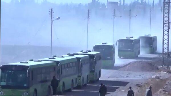 Rebelianci wraz ze swoimi rodzinami składają broń i opuszczają miasto, Syria, 2 grudnia 2016 - Sputnik Polska
