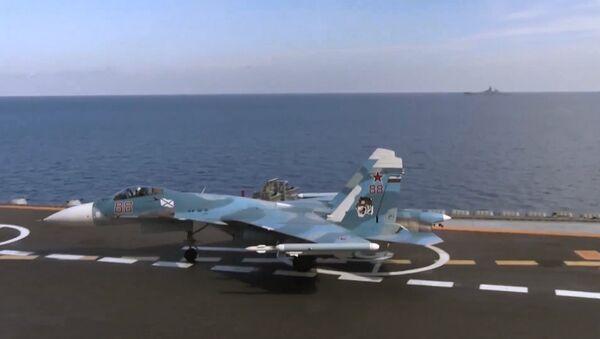 Myśliwiec Su-33 na pokładzie lotniskowca Admirał Kuzniecow - Sputnik Polska