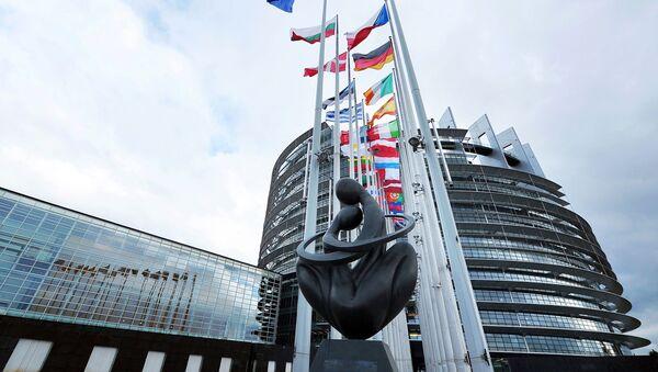 """Rzeźba """"Serce Europy"""" przed budynkiem Parlamentu Europejskiego w Strasburgu - Sputnik Polska"""