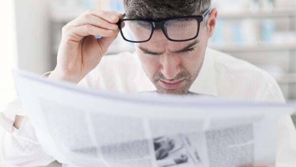 Mężczyzna czyta gazetę - Sputnik Polska