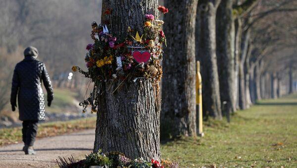 Kwiaty i znicze przy miejscu znalezienia zwłok Marie Ladenburger, Freiburg, Niemcy - Sputnik Polska