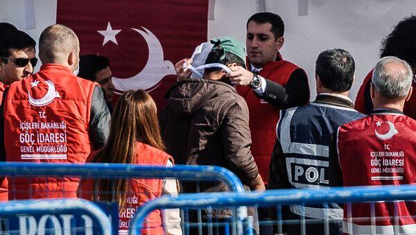 Przybycie imigrantów deportowanych z Grecji do tureckiego portu Izmir - Sputnik Polska