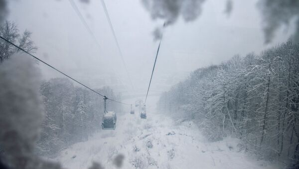 Gorki Gorod jest tradycyjnie już pierwszym kurortem spośród kurortów Krasnej Polany, który otwiera swoje trasy dla narciarzy i snowboardzistów. - Sputnik Polska