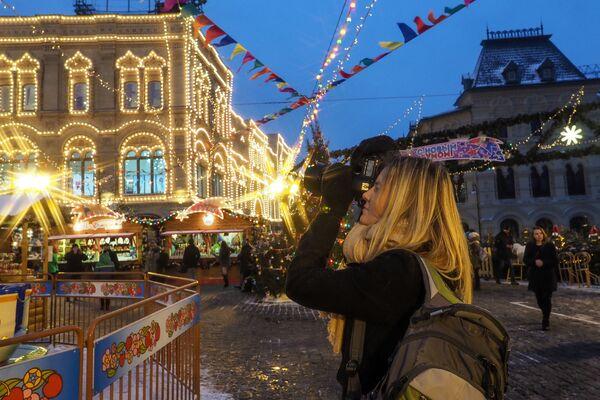 Dziewczyna na jarmarku przy GUM-ie na Placu Czerwonym w Moskwie - Sputnik Polska