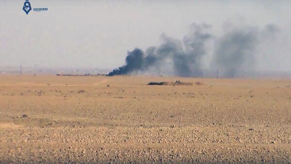 Dym podczas walki między siłami koalicji USA z bojownikami Daesh w pobliżu miasta Rakka w Syrii - Sputnik Polska