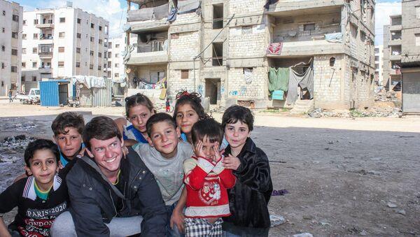 Dzieci w zrujnowanej dzielnicy Aleppo - Sputnik Polska