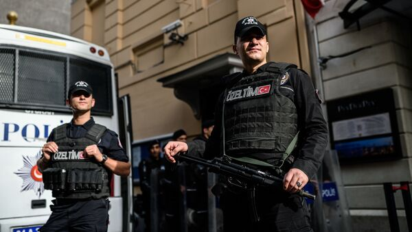 Tureccy funkcjonariusze policji przed budynkiem Konsulatu Generalnego Rosji w Stambule - Sputnik Polska