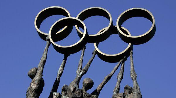 Rzeźba reprezentująca ludzi niosących pierścienie olimpijskie przed siedzibą Międzynarodowego Komitetu Olimpijskiego (MKOl) w Lozannie - Sputnik Polska