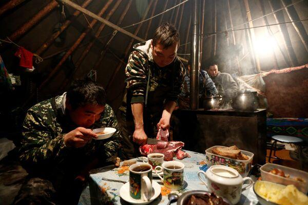 Hodowcy reniferów przy posiłku w czumie pośród tundry w Nienieckim Okręgu Autonomicznym - Sputnik Polska