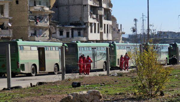 Autobusy przygotowane do wywozu terrorystów i ich rodzin w kwartale Salaheddin w południowo-zachodnim Aleppo - Sputnik Polska