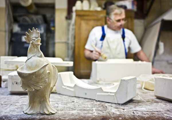 Przygotowanie ceramicznego wyrobu zaczyna się od stworzenia formy w zakładzie modelowym. - Sputnik Polska